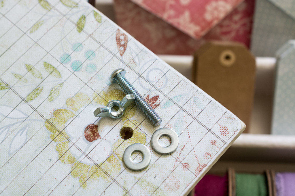 Today I'm going to share a little flower press DIY with you.